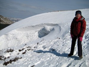 A snowdrift viewed from the side.